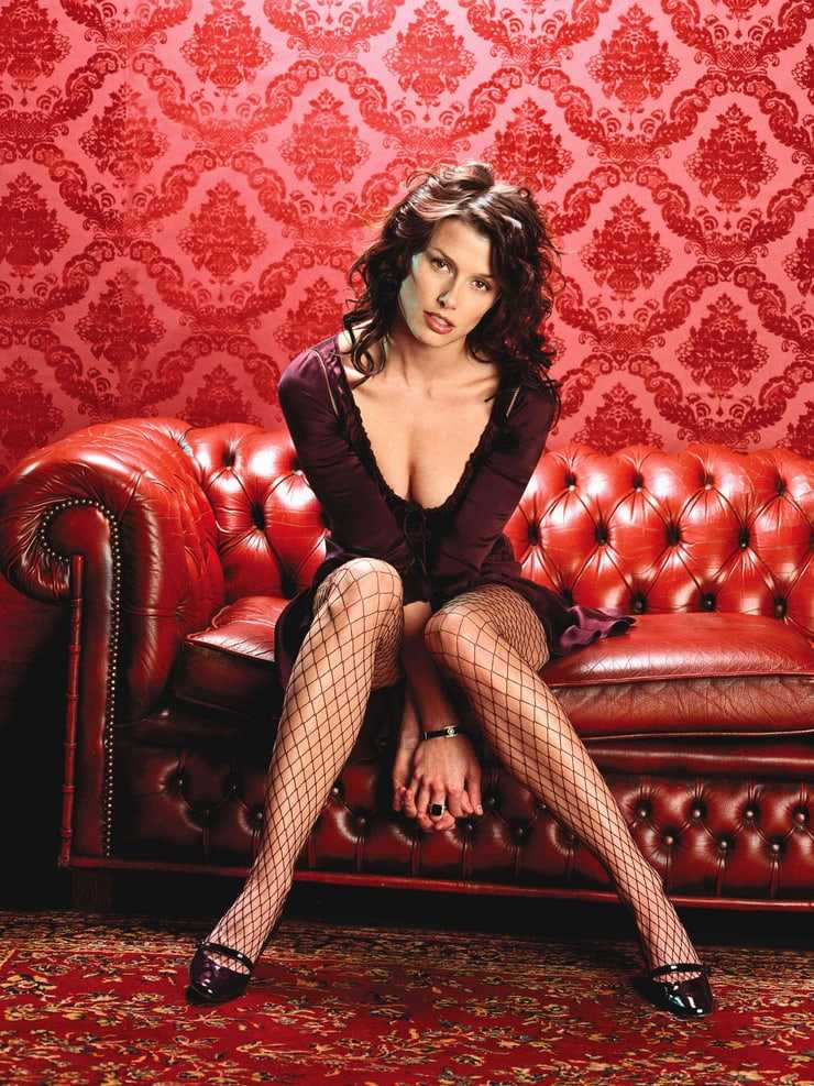 Bridget Moynahan hot cleavage pictures