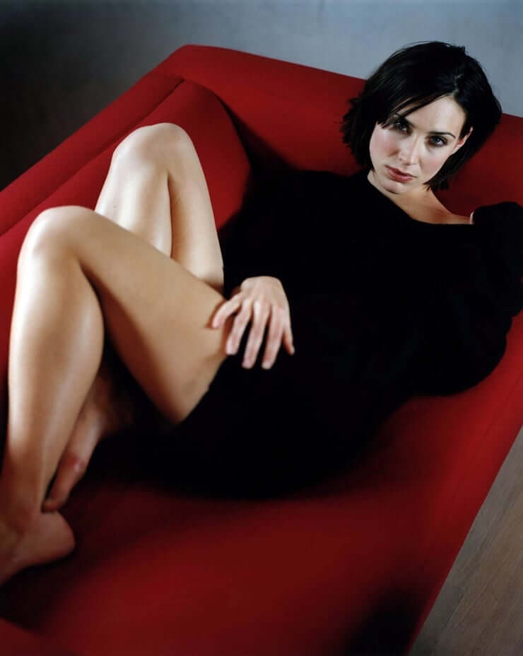 Claire Forlani sexy thigh