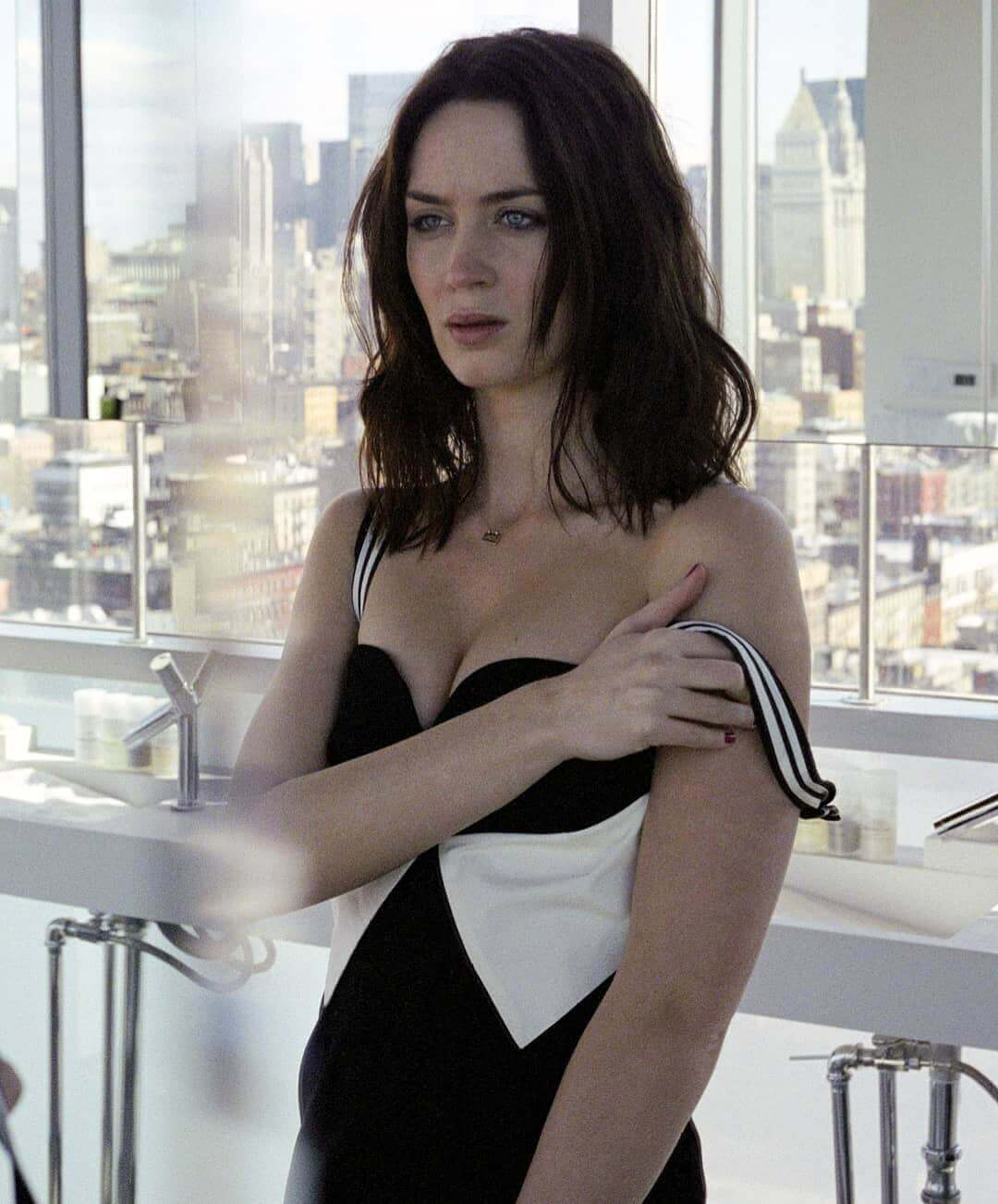 Emily Blunt hot cleavage pic