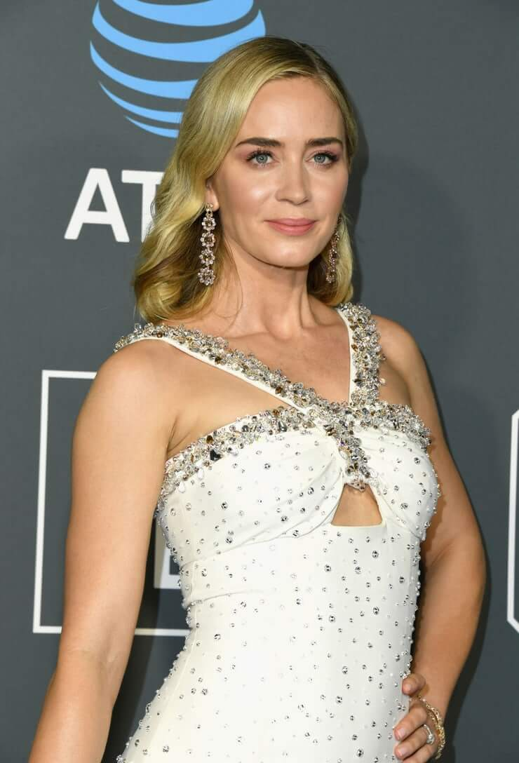Emily Blunt sexy busty pics (2)