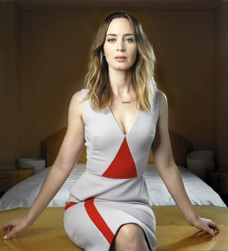 Emily Blunt sexy busty pics