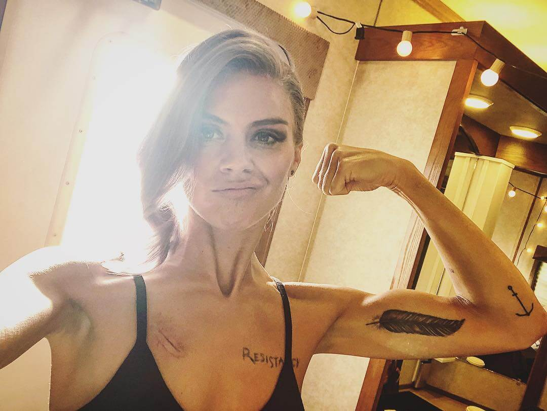 Eliza Coupe cleavage (2)