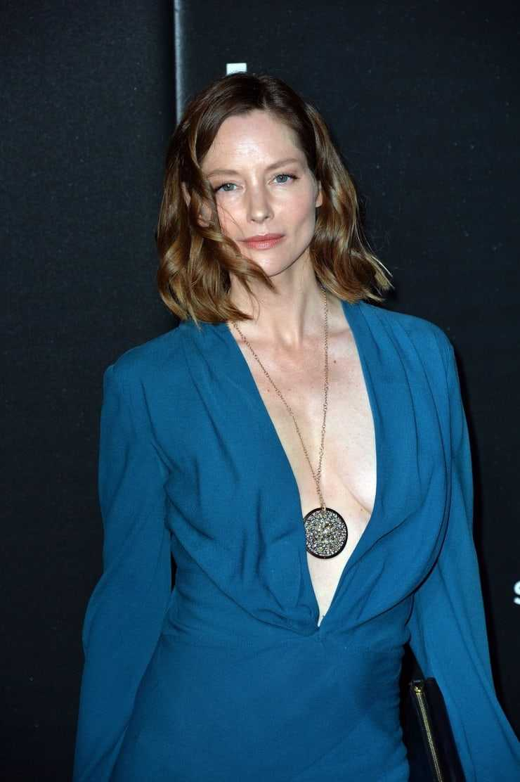 Sienna Guillory sexy boobs (2)