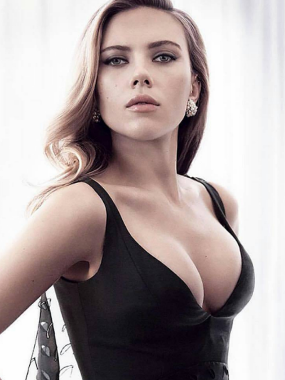 Scarlett Johansson sexy cleavage pictures