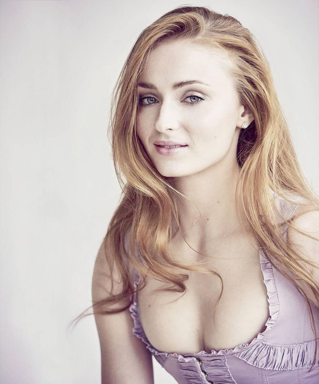 Sophie Turner sexy boobs pics
