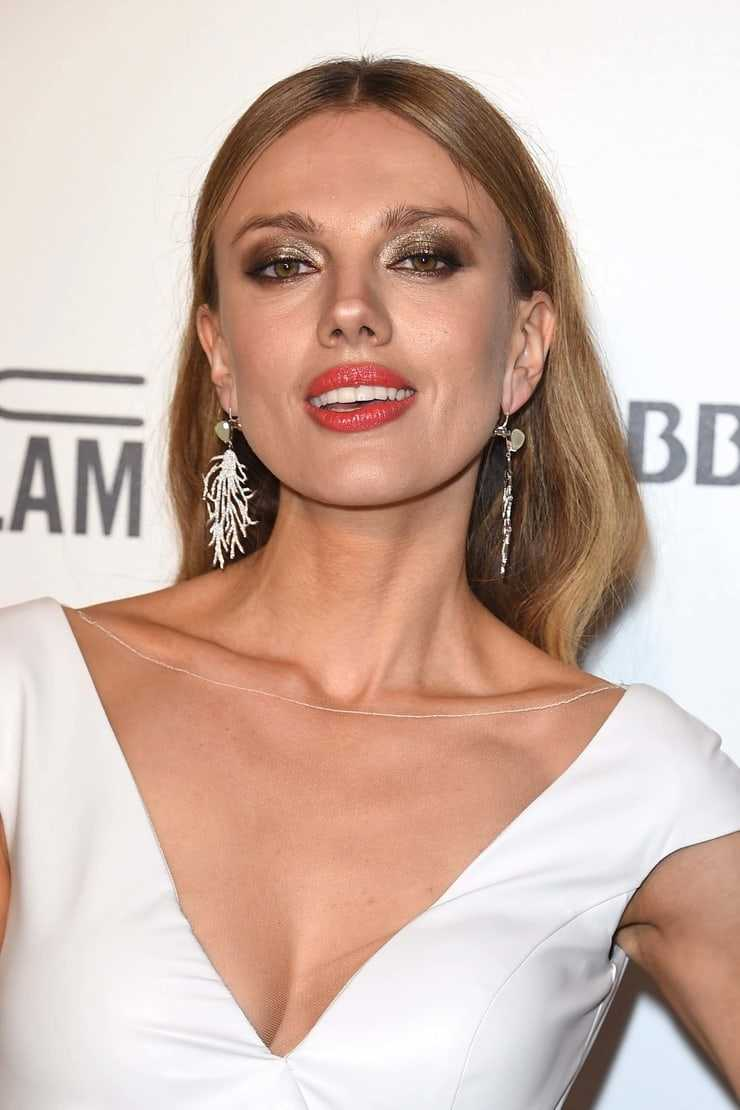 bar paly hot cleavage