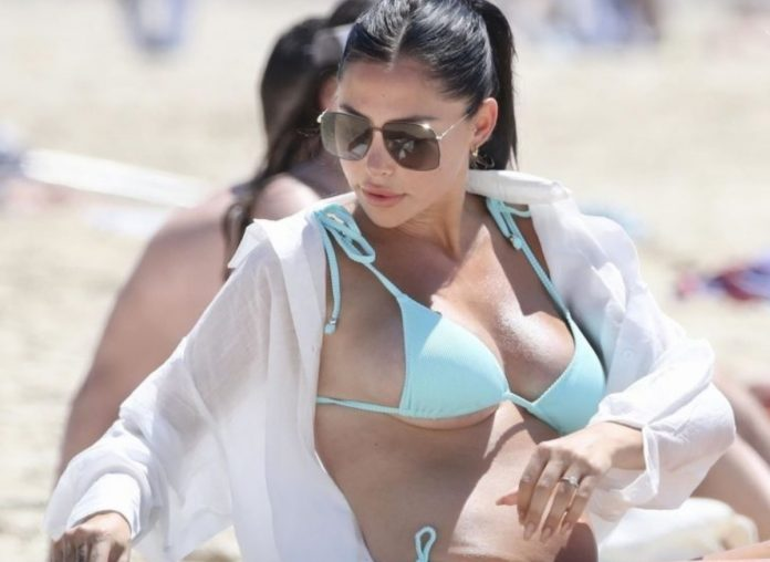 London Shay Goheen Flaunts Her Stunning Curves In Bikini As Visits Gold Coast With Family
